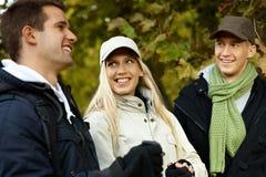 Amigos jovenes en bosque del otoño Imagen de archivo libre de regalías