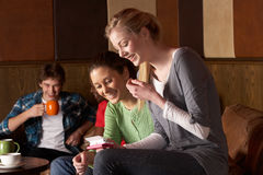 Amigos jovenes en café Imágenes de archivo libres de regalías