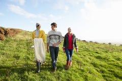 Amigos jovenes en caminata del país Imágenes de archivo libres de regalías