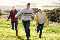 Amigos jovenes en caminata del país Imagen de archivo libre de regalías