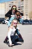 Amigos jovenes en la calle Imagen de archivo