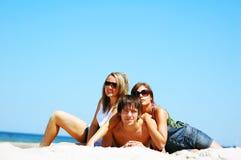 Amigos jovenes en la playa del verano Imagen de archivo libre de regalías