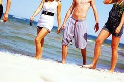 Amigos jovenes en la playa del verano Fotografía de archivo libre de regalías