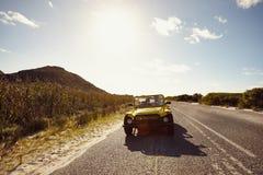 Amigos jovenes en viaje por carretera en un coche Fotografía de archivo libre de regalías