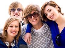 Amigos jovenes felices Foto de archivo libre de regalías