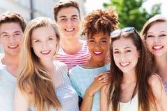 Amigos jovenes felices Imagen de archivo