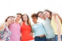 Amigos jovenes felices Fotos de archivo