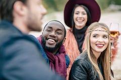 Amigos jovenes felices Fotos de archivo libres de regalías