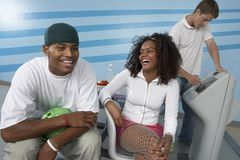 Amigos jovenes felices en la bolera Fotos de archivo libres de regalías