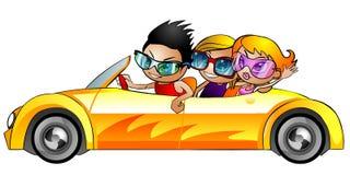 Amigos jovenes felices en un convertible. Imágenes de archivo libres de regalías