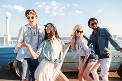 Amigos jovenes felices que bailan al aire libre en verano Fotos de archivo libres de regalías