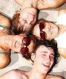 Amigos jovenes junto Fotos de archivo libres de regalías