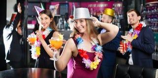 Amigos jovenes que bailan en fiesta de cumpleaños Fotografía de archivo libre de regalías