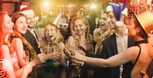 Amigos jovenes que bailan en partido del Año Nuevo Imágenes de archivo libres de regalías
