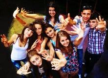 Amigos jovenes que bailan en un club de noche Imagen de archivo libre de regalías
