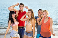 Amigos jovenes que gozan en la playa el verano Imagen de archivo