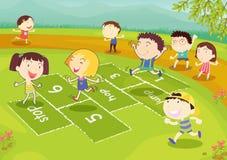 Amigos jovenes que juegan hopscotch Imagenes de archivo