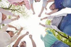 Amigos jovenes que permanecen junto al aire libre en el parque Fotografía de archivo