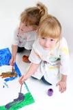 Amigos jovenes que pintan junto imágenes de archivo libres de regalías