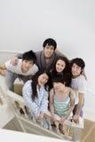 Amigos jovenes que presentan en la escalera Foto de archivo libre de regalías