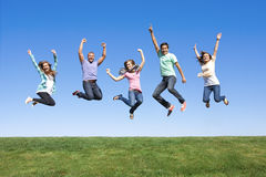 Amigos jovenes que saltan y que se divierten fotografía de archivo libre de regalías