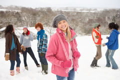 Amigos jovenes que se divierten en el paisaje Nevado Fotografía de archivo libre de regalías