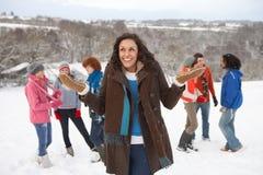 Amigos jovenes que se divierten en nieve Imagenes de archivo