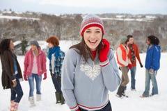 Amigos jovenes que se divierten en nieve imagen de archivo libre de regalías