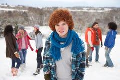 Amigos jovenes que se divierten en nieve Imágenes de archivo libres de regalías