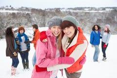 Amigos jovenes que se divierten en nieve Fotos de archivo libres de regalías