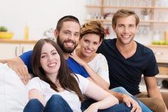 Amigos jovenes que se relajan en casa Imágenes de archivo libres de regalías