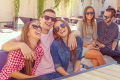 Amigos jovenes que sonríen y que se divierten Imagenes de archivo