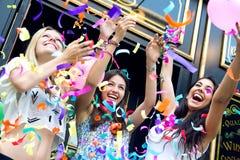 Amigos jovenes que tienen un partido Imagen de archivo libre de regalías