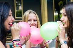 Amigos jovenes que tienen un partido Foto de archivo libre de regalías