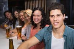 Amigos jovenes que tienen una bebida junto Fotografía de archivo libre de regalías