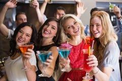Amigos jovenes que tienen una bebida junto Fotografía de archivo