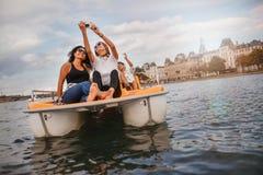 Amigos jovenes que toman el selfie en el barco del pedal Foto de archivo libre de regalías