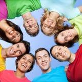 Amigos jovenes sonrientes Imagen de archivo libre de regalías