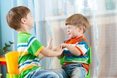 Amigos juguetones de los niños en casa Imagenes de archivo