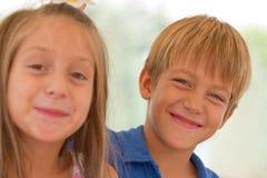 Amigos lindos de los pequeños niños Fotografía de archivo