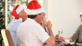 Amigos maduros que celebran la Navidad almacen de video