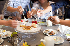 Amigos maduros que tienen la torta y bebida en cumpleaños Foto de archivo libre de regalías