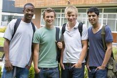 Amigos masculinos de la universidad en campus fotografía de archivo libre de regalías