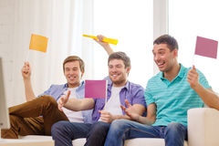 Amigos masculinos felices con las banderas y vuvuzela Fotos de archivo libres de regalías