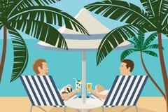 Amigos masculinos que disfrutan de vacaciones tropicales en la playa Fotos de archivo libres de regalías