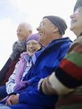 Amigos mayores alegres que pasan el tiempo junto Foto de archivo