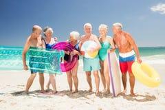Amigos mayores con los accesorios de la playa Fotos de archivo libres de regalías