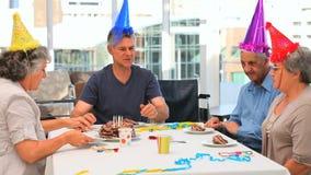 Amigos mayores durante un cumpleaños almacen de metraje de vídeo