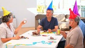 Amigos mayores en cumpleaños almacen de video