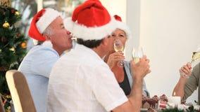 Amigos mayores que beben el champán para celebrar la Navidad almacen de video